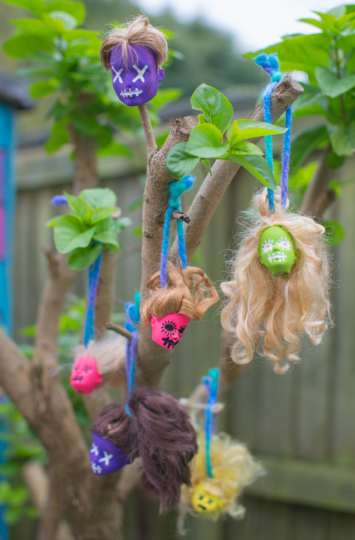 zombie-doll-heads-hanging-from-tree
